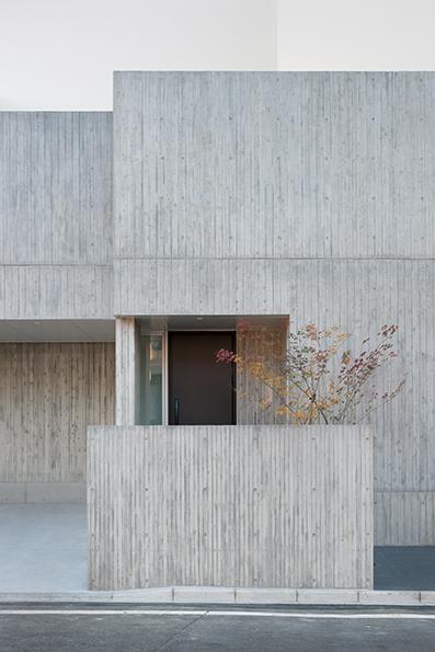 杉板型枠コンクリートの外壁のアプローチ部分