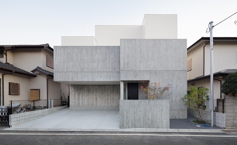 杉板型枠コンクリートの外壁<br />白い外壁は光触媒を施している