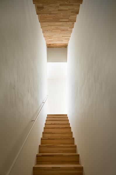2階のリビングへと続く階段と屋上へ上がる階段