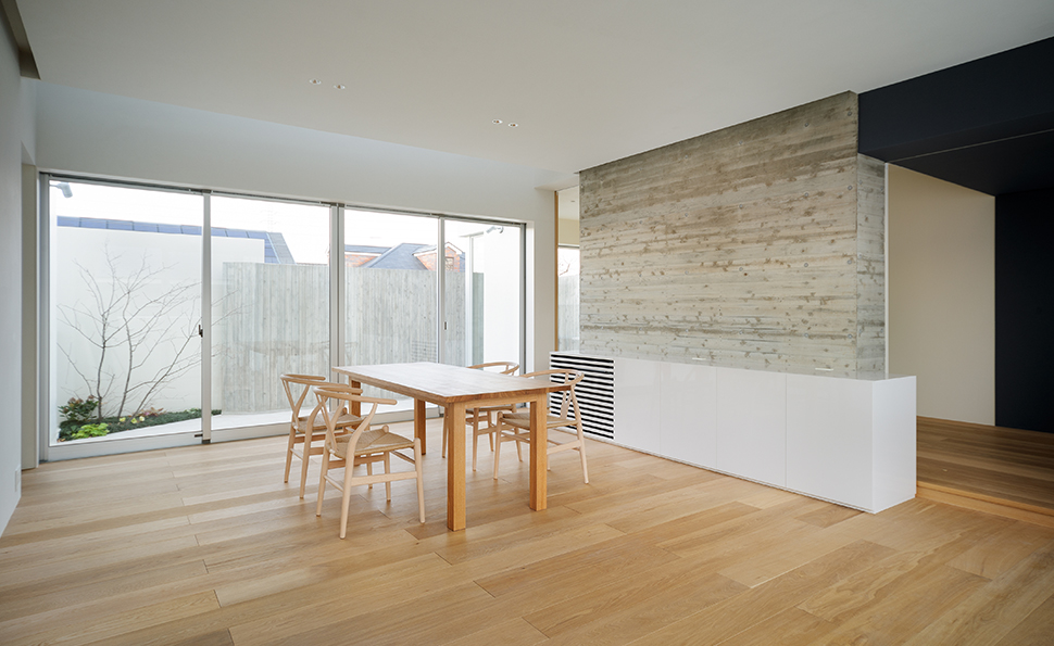 テラスの高い壁によってプライバシーを保ち<br />カーテンのいらない開放的なリビングへと