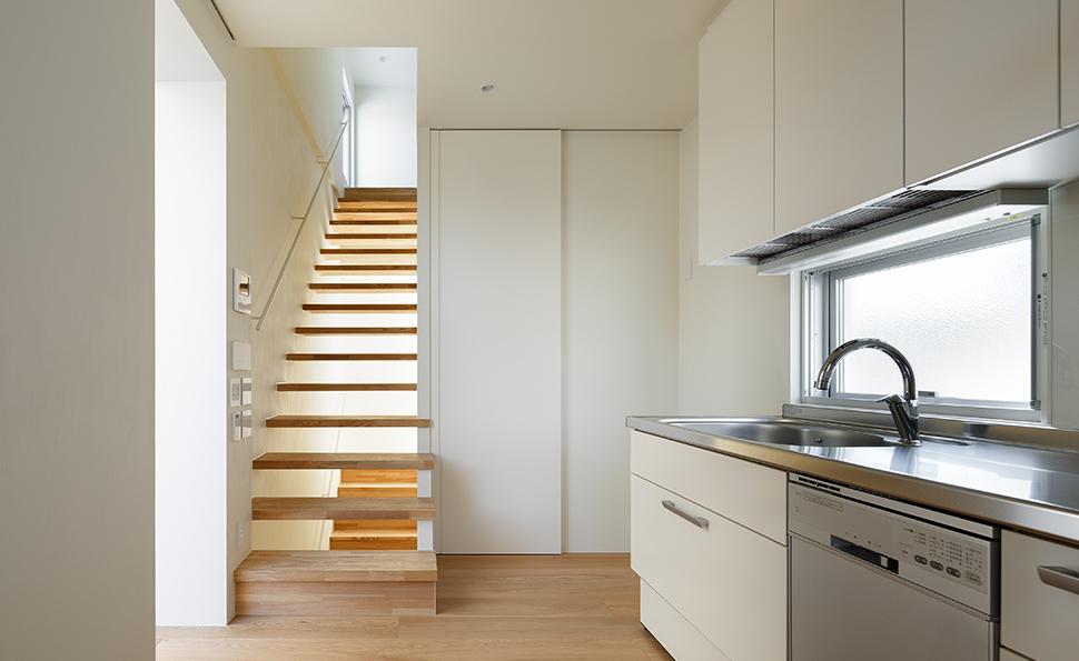 リビングに面したキッチン<br />屋上に向かう階段は通風を考えて蹴上がない