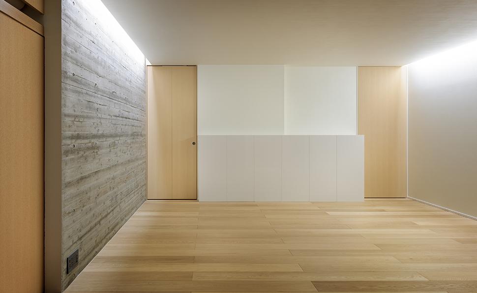 ゆったりとした主寝室<br />将来2部屋に分けられるように廊下からの入り口が2つある