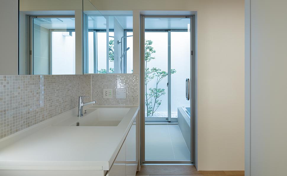 WICと廊下の2方向からアクセスできる洗面