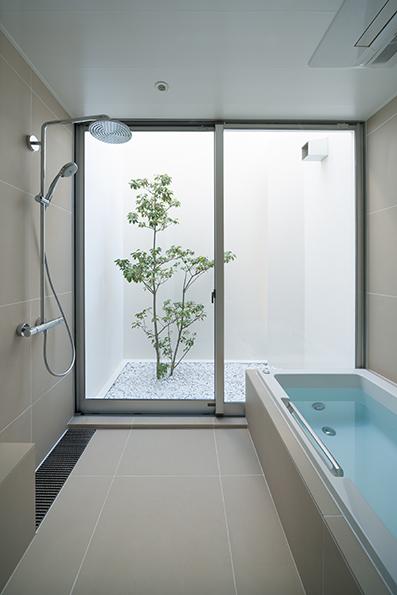 坪庭に面した浴室<br />プライバシーを確保しながら風通しも抜群