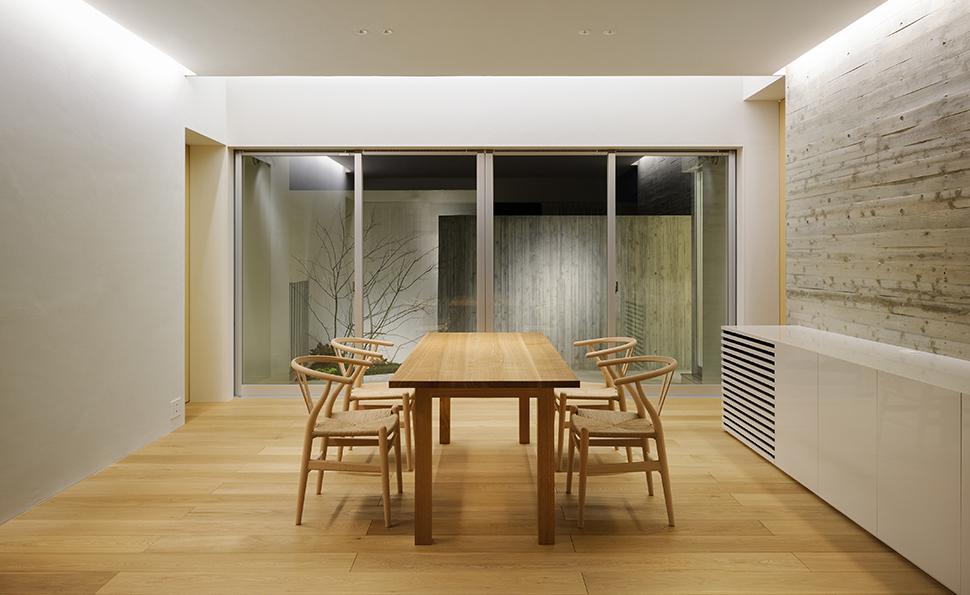 北側テラスの高い壁面にも照明を当て<br />夜間でも空間の広がりを演出