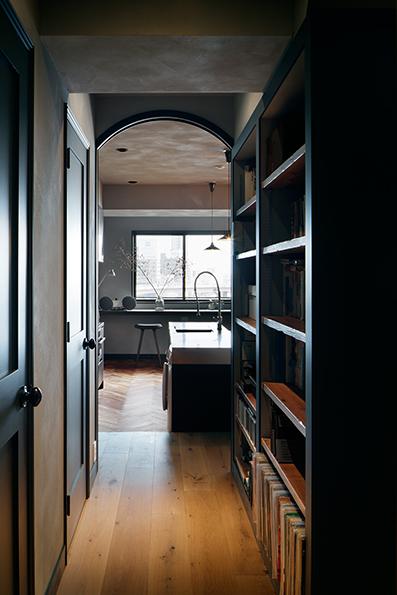 玄関から廊下を見る<br />本棚に囲まれた空間