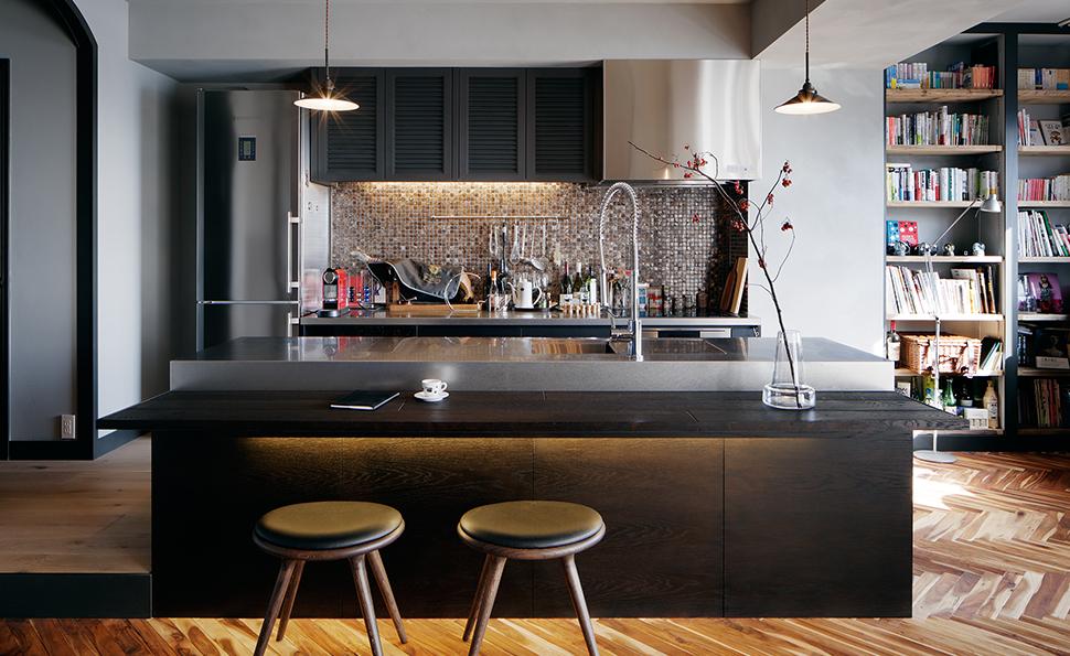 二型のキッチン、背面の壁には貝殻のタイル