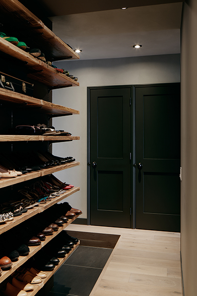 古材を使った靴用のオープン棚<br />奥には収納とエコキュートの扉が見える