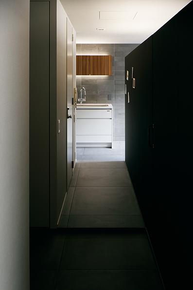 玄関入って左をみる 突き当たりにはキッチン<br />右側のパーティションはピンが可能なコルクで出来た壁材