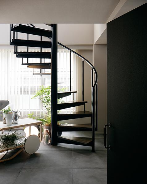 玄関入って真正面の扉を開けると、螺旋階段が現れる