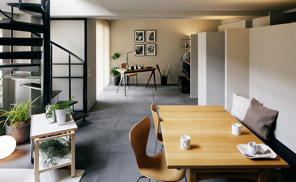 書斎との間のパーティションを開けると一体的な広い空間になる