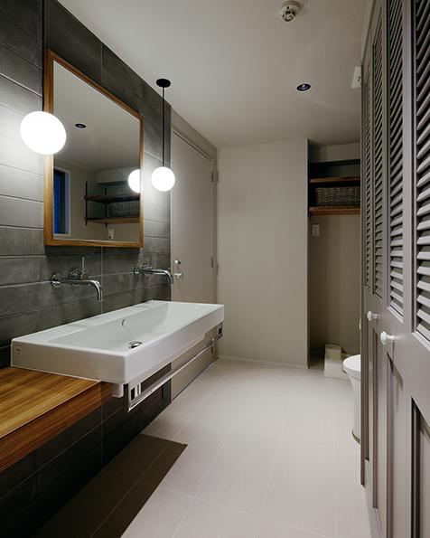 シックな洗面所<br />水栓を2つ設置し同時に2人で使えるように