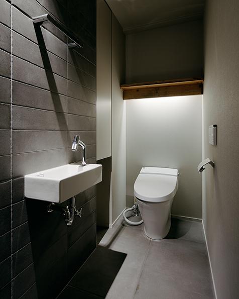 間接照明が特徴的なトイレ