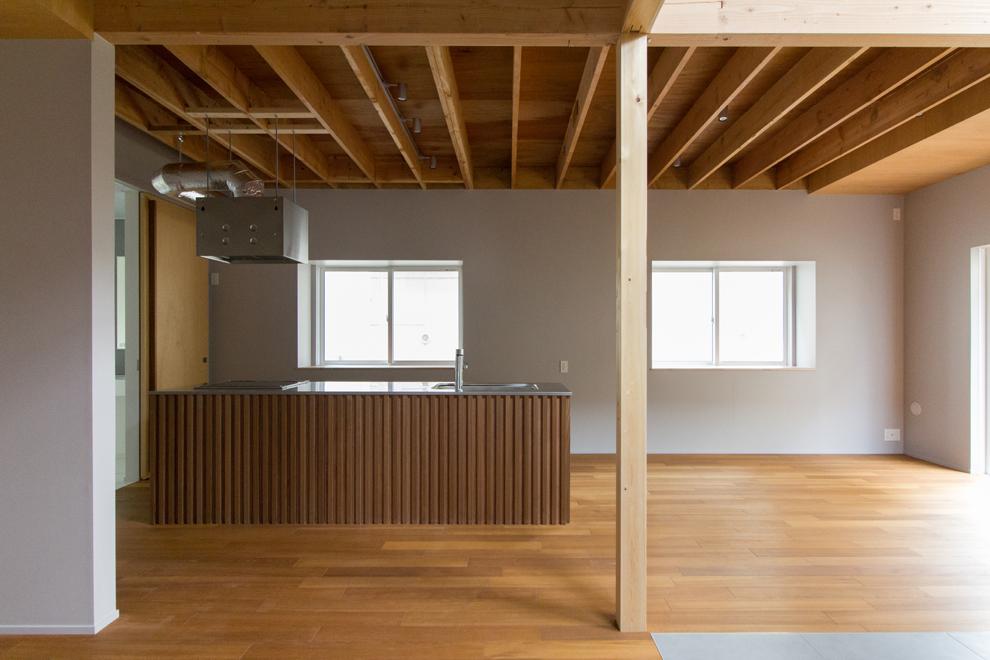 オープンキッチン 天井は既存の2x4材が見える
