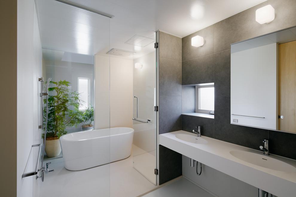 浴室の奥にも吹き抜けと天窓があり北側の浴室でも明るい