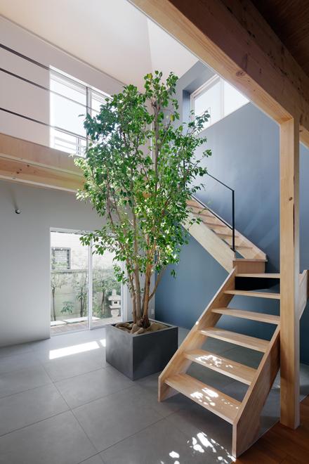 吹き抜けに新規の階段を設置 密集住宅地だが、1階まで光が届いている