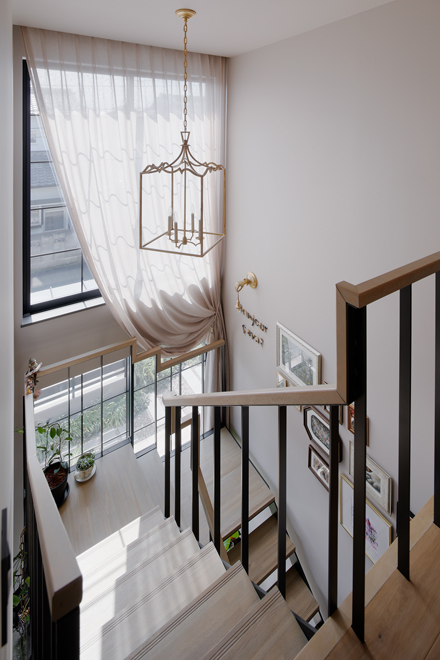 2階階段スペースから1階を見下ろす