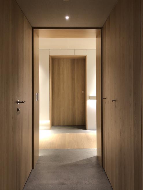 廊下より玄関ホールをみる 左が玄関、右がリビング、奥がパントリーへ続く