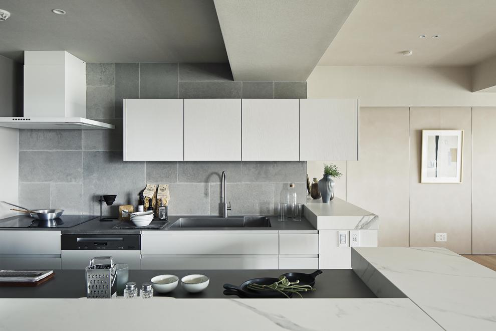 複雑に見えて、シンプルな二型キッチン 壁側にシンクとコンロを設置