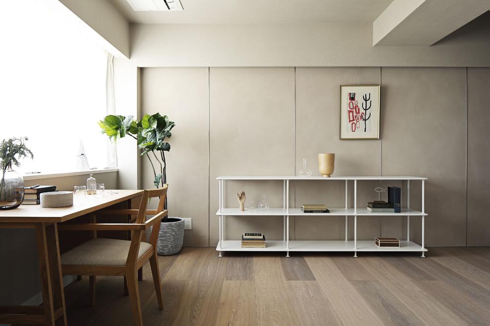 書斎の奥の壁もリビングと同じベルベット調の塗装