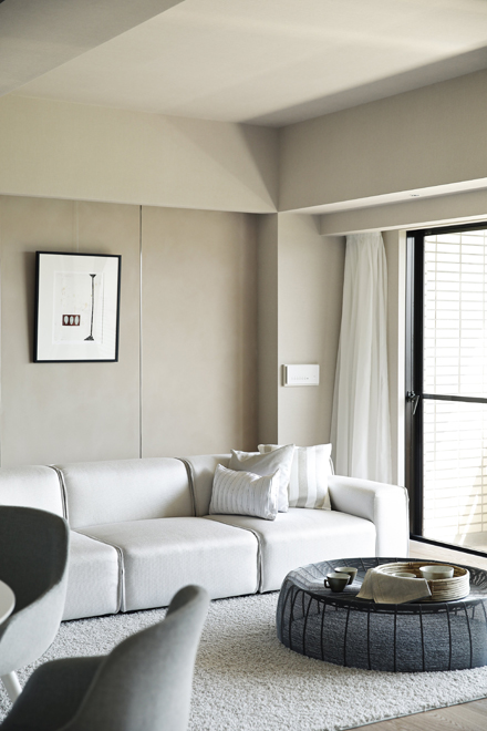 ソファー背面の壁はベルベット調の特殊塗装 柔らかな雰囲気