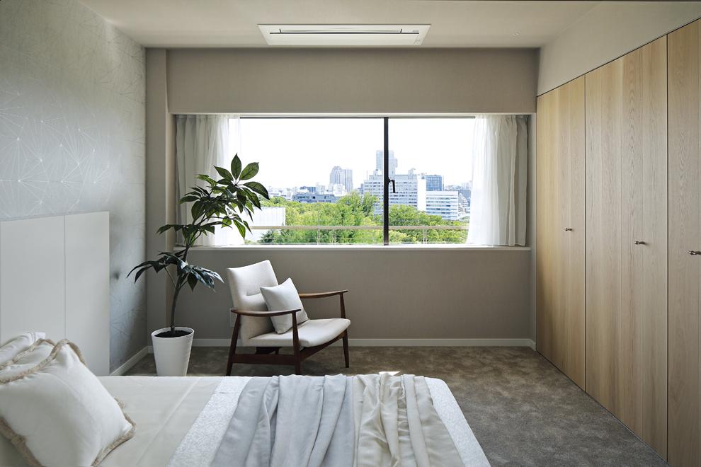 ゆったりとした主寝室 右側は大容量の壁面収納