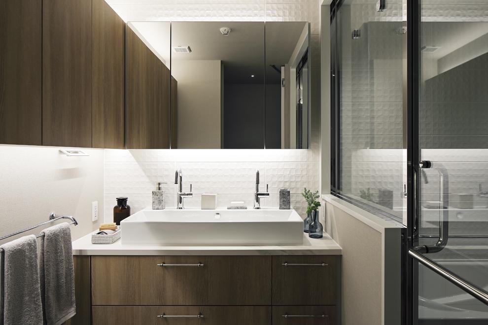 L型の吊収納がある洗面所 右側に浴室が続く