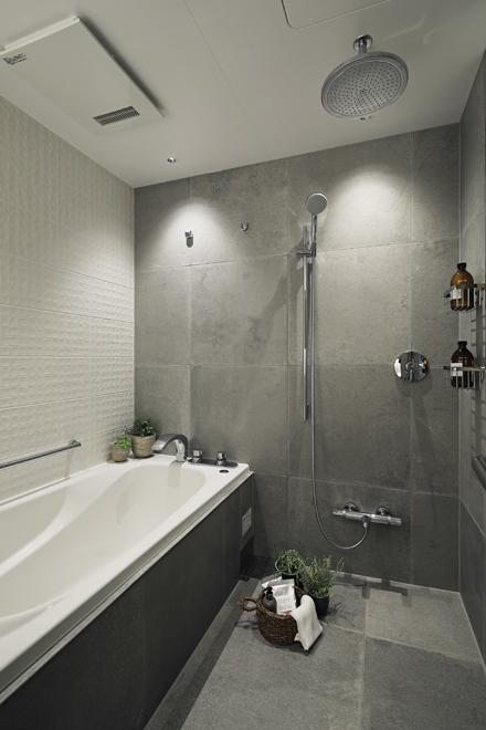 左側の白い壁は洗面と同じタイルを貼り、洗面と一体感を出している