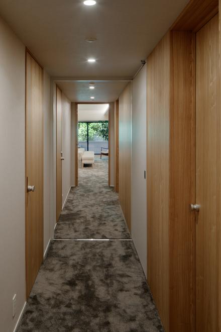 長い廊下から各居室への扉が並ぶ