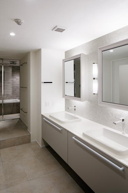 主寝室用の洗面 奥に主寝室専用の浴室が続く