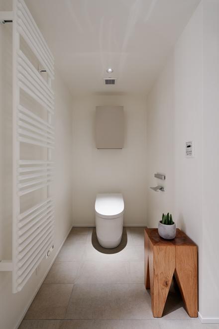 主寝室専用のトイレ タオルウォーマーも設置されている