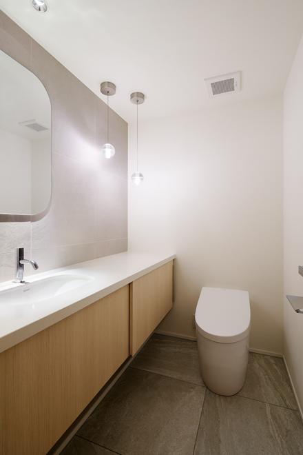 ゲスト用のトイレ 広々としている