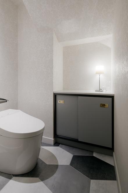 階段したの空間をトイレに変更。照明用スイッチで置き型照明も点灯