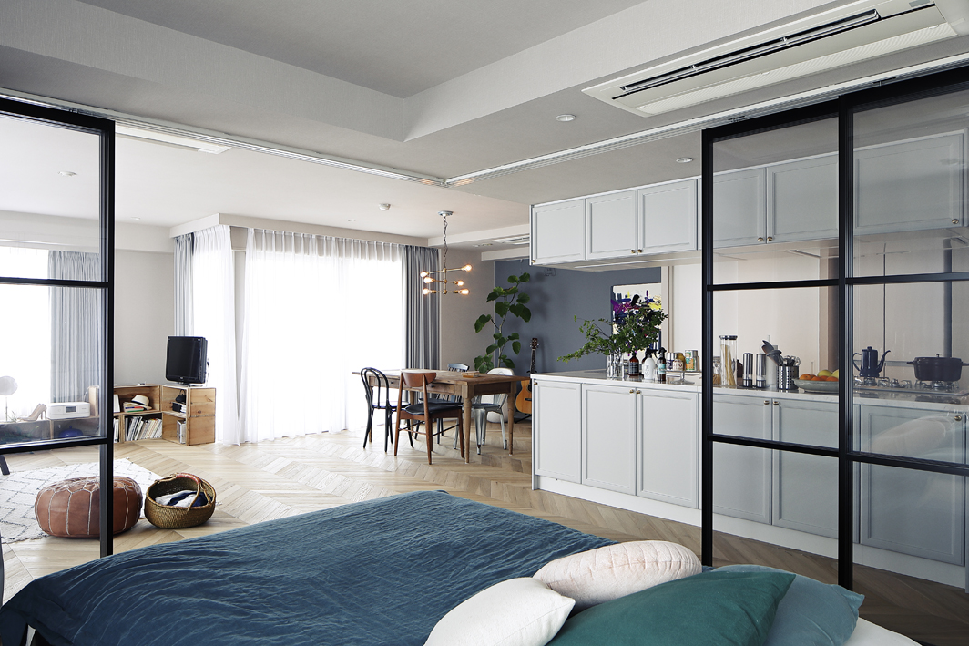 寝室は透明の格子引戸とカーテンで仕切られています