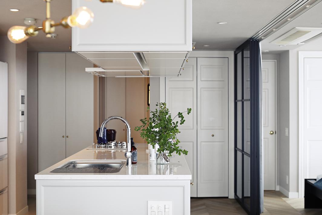 吊戸をアイランドキッチン上部に設置。収納量を確保している