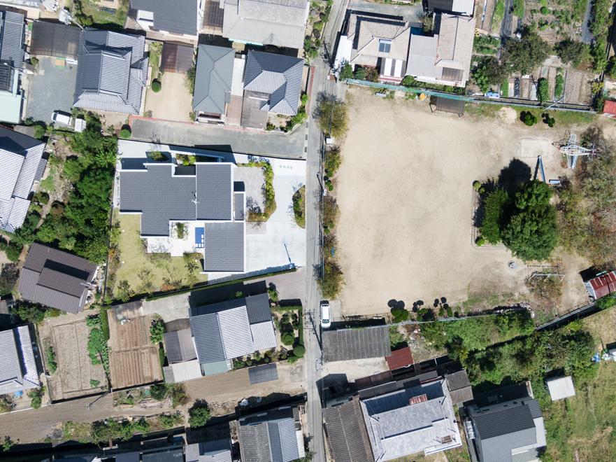 市街地の住宅街 公道を挟んで東側に開けた公園がある