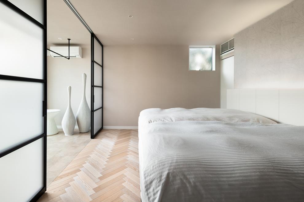ファミリーリビングに続く主寝室 左側はランドリー乾燥部屋 ベッドボード裏は大容量のWIC