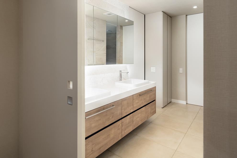 広い洗面所 左奥には主寝室裏のWICに繋がっていて生活動線が配慮されている