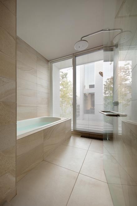 バスコートに面した明るい浴室