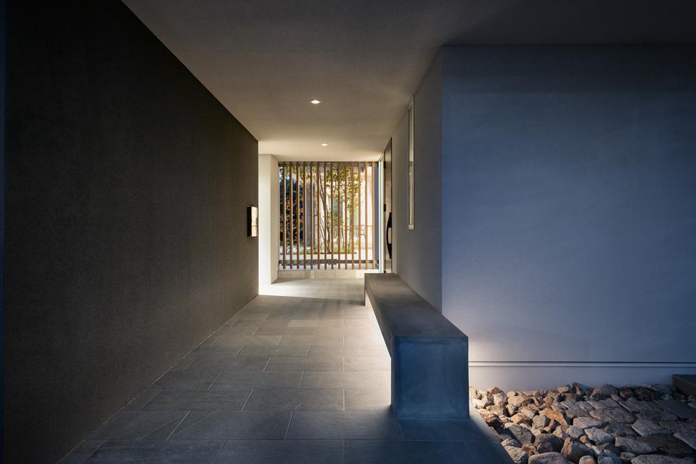 アプローチ部分の夜景 ベンチ下の間接照明が玄関ドアまで誘導してくれ