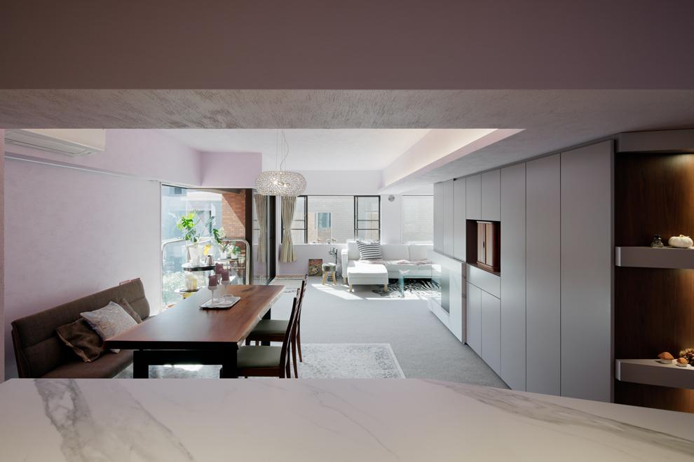 キッチンからLDを見る 壁天井はViolet Dust色を採用 陰影で塗料の骨材が見える