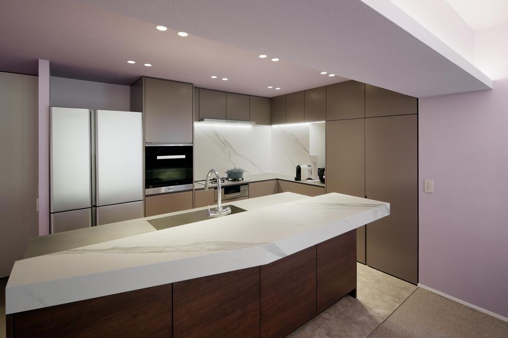 キッチンのカウンターと壁面は大理石調のセラミックタイル