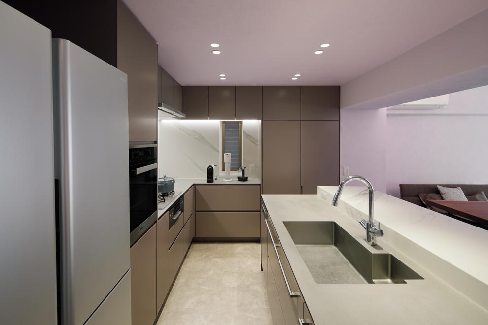 アイランド + L型配置のオリジナルキッチン 右奥収納内には給湯器が設置されいてる
