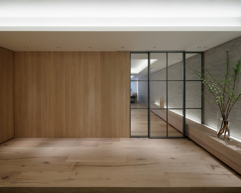 玄関ホール オリジナルの鉄製格子扉とそこを貫通する削り磨きタイルと木製ベンチ