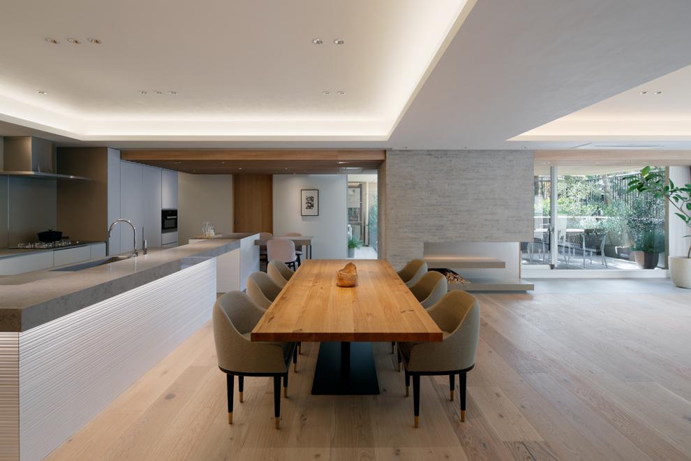 6人掛の大きなダイニング キッチンのカウンター下に間接照明を設置