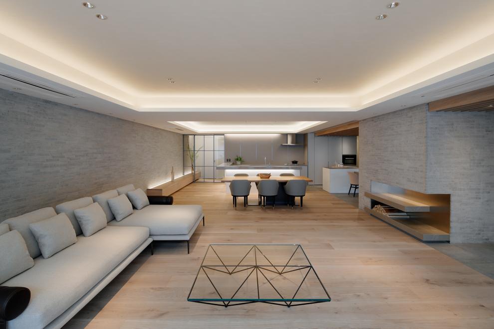 幅広のフローリングでダイナミックな空間 右側のオリジナルの暖炉のような飾り棚