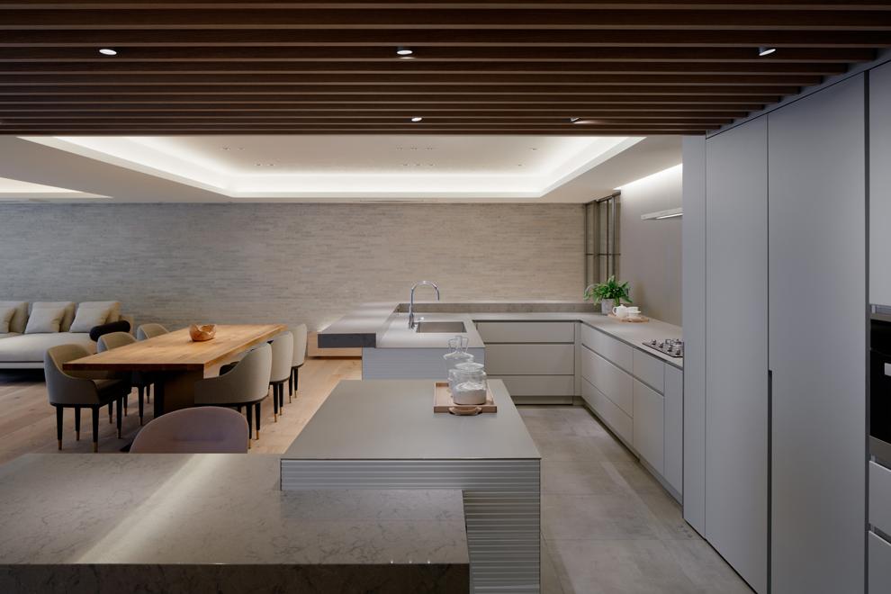 キッチンは大型のコの字プラン ファミリーダイニングはキッチンと一旦感ある仕上げ