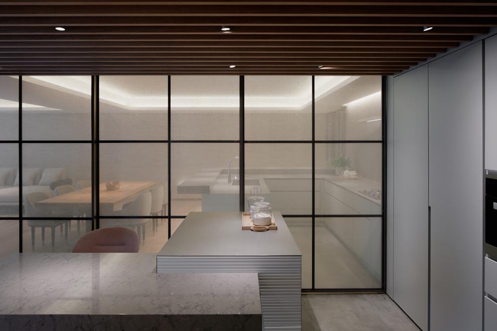 キッチンとファミリーダイニングとの間にはファブリックガラスの格子戸で緩やかに仕切る事も可能