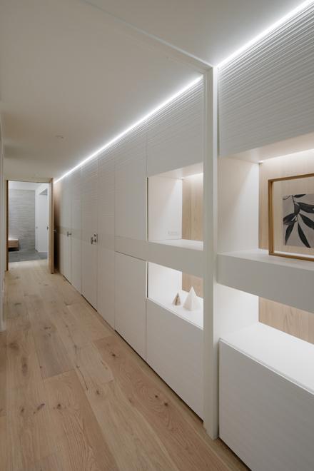 廊下 平面収納の扉や洗面への扉があちこちに隠れている…