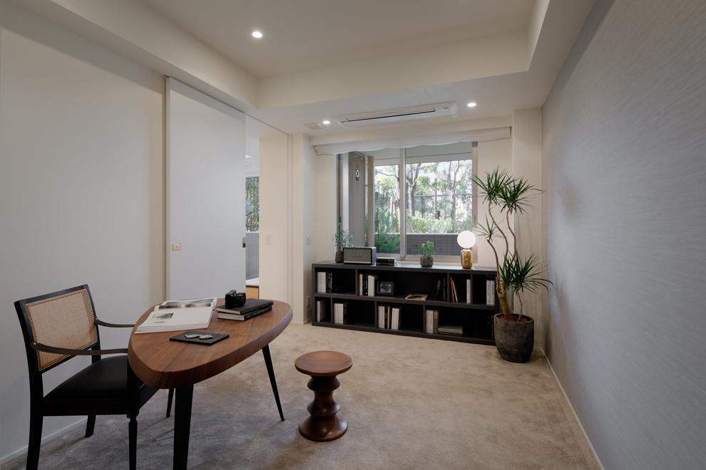 書斎 廊下からのアクセスの他に左側の扉は主寝室からもアクセス可能